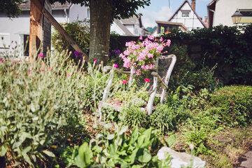 Blick auf einen bepflanzten Stuhl im Garten des Johanniter-Stift Lügde