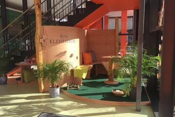 Gemütlicher Sitzbereich für Eltern im Eingangsberich der Kita Elementum.