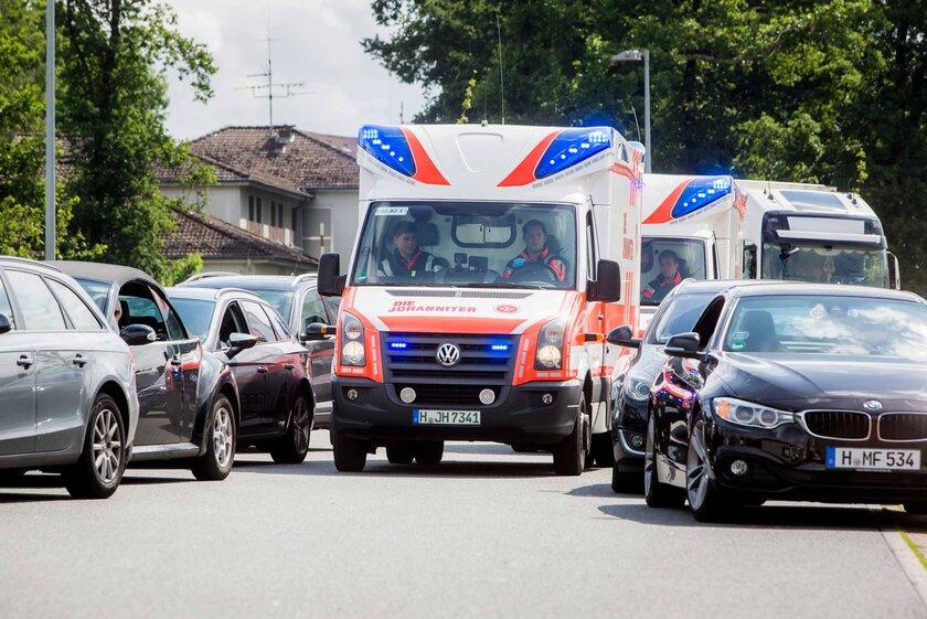 Zwei Rettungswagen kämpfen sich durch die Rettungsgasse