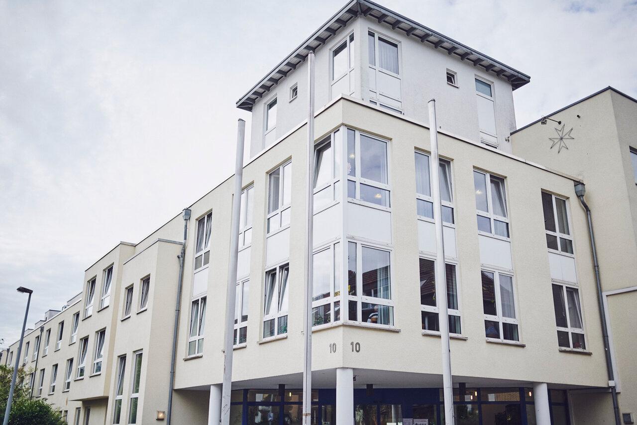 helle Hausfront mit vielen Fenstern des Johanniter-Stift Duisburg