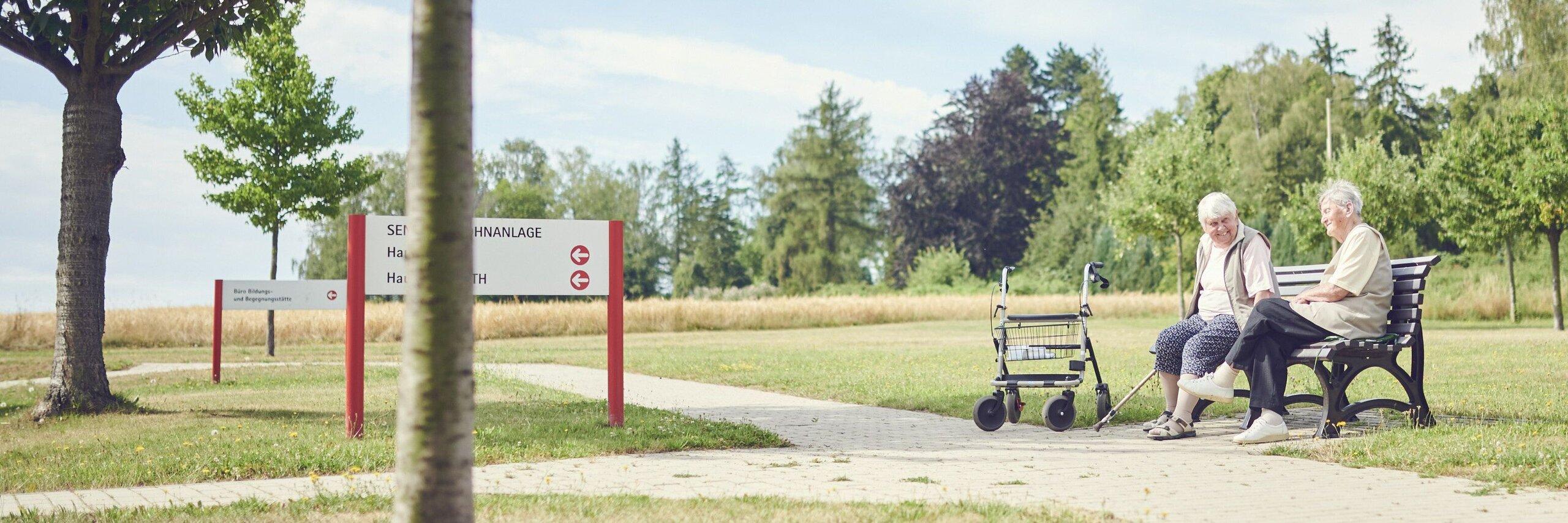 Zwei Bewohnerinnen sitzen im Park des Diakoniezentrums Bethesda Eisenberg