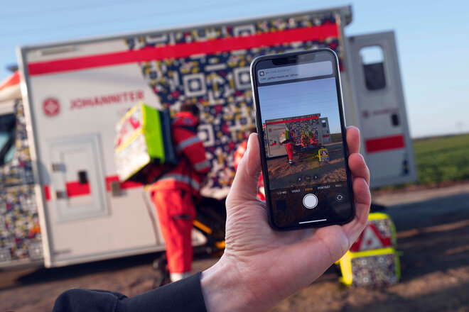 Mit einem neuen QR-Code-Design für Geräte und Einsatzwagen klären die Johanniter über die Folgen von Gaffen auf.