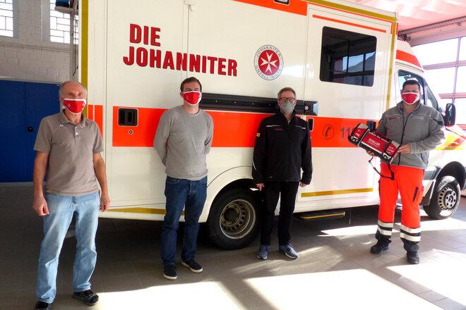 Übergabe eines Test-Defibrillators an das Team der Rettungswache Schlüsselfeld