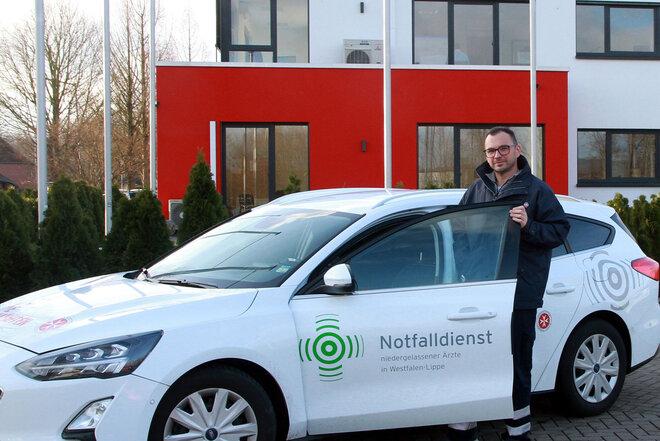Jurij Zulauf, Fahrer des Kassenärztlichen Notfalldienstes, vor der Dienststelle der Johanniter in Bad Oeynhausen