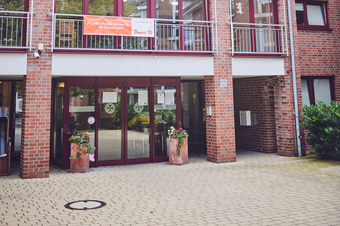 Gepflasterter Vorplatz zum Eingang vom rotgeklinkerten Johanniter-Stift Wuppertal