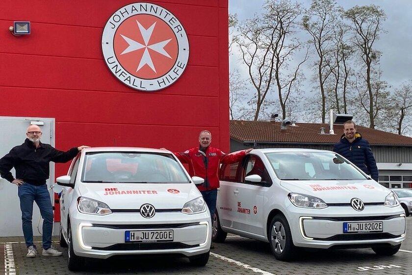 Dienststellenleiter freut sich über zwei neue e-Autos