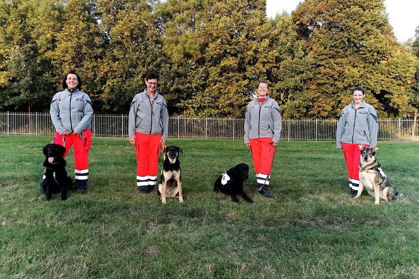 Zu sehen sind alle vier Hundeführerinnen mir ihren Hunden, die die Prüfung erfolgreich abschließen konnten.