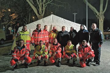Die Helfer beim ersten Einsatz vor dem Zelt.