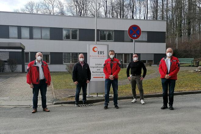 Gruppenbild vor dem Einbecker Bürgerspital mit notwendigem Abstand zueinander.