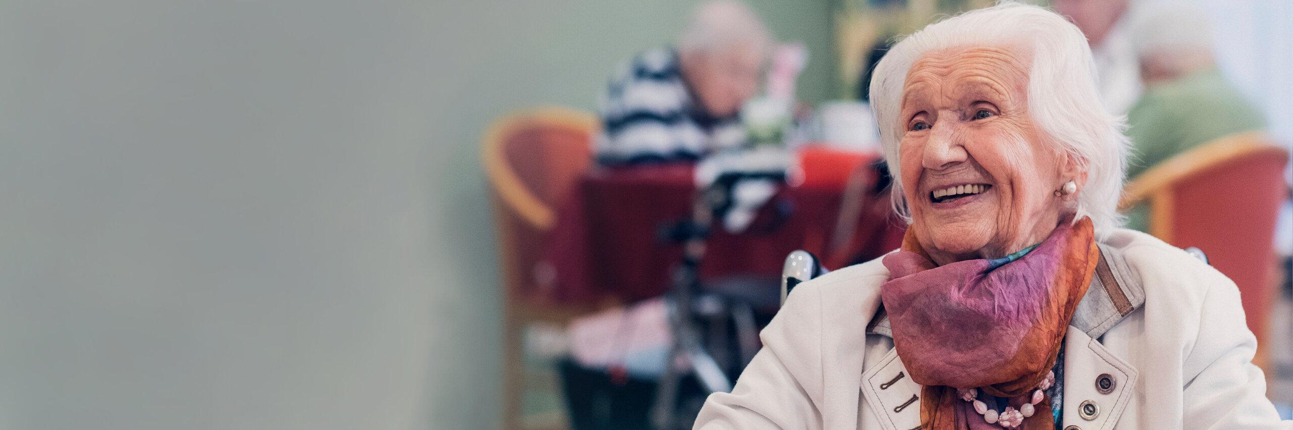 Seniorin im Speisesaal eines Johanniter Seniorenhauses