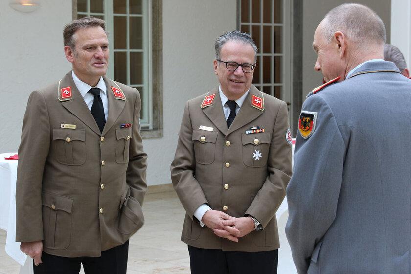 JUH-Präsident und Bundesvorstandsmitglied im Gespräch mit einem Kommandeur der Bundeswehr