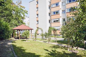 Garten des Johanniter-Haus Köln-Finkenberg mit Pavillon und Spalier