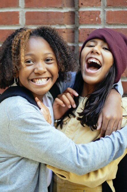 Zwei lachende Mädchen.