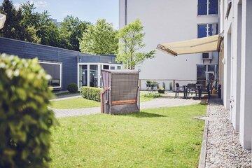 Strandkorb im Garten des Johanniter-Hauses Herrsching