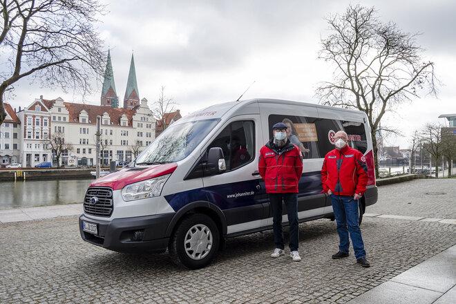 Der Johanniter-Fahrdienst bringt mobilitätseingeschränkte Menschen ab 80 Jahren zum Impfzentrum.