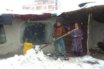 Kinder befreien regelmäßig die Dächer von Schnee. Andernfalls dringt Tauwasser in den Innenraum der Hütten ein.