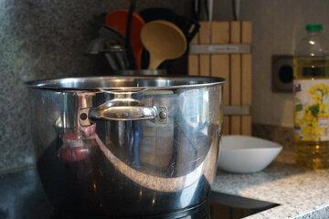 Silberner Kochtopf auf dem Herd