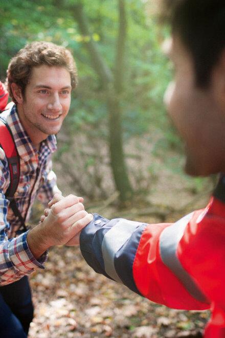 Johanniter hilft einem Mann