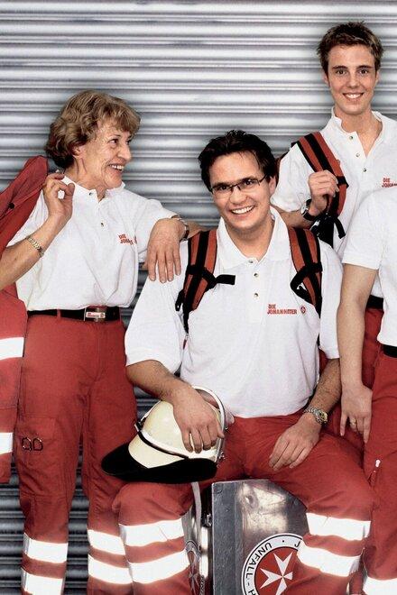 Menschen verschiedenen Alters in Johanniter-Einsatzkleidung