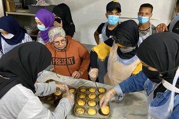 Jugendliche backen Muffins