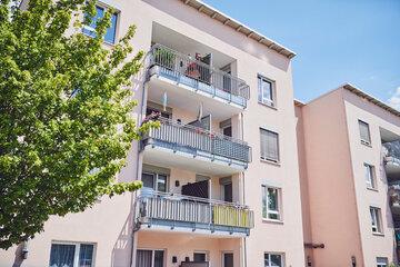 Blick auf die Fassade mit individuell gestalteten Balkonen in Meckenhein