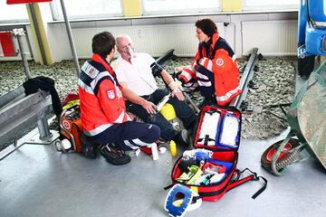 """In der über 500 qm großen SAN-Arena, einem umfangreich ausgestatteten notfallmedizinischen Simulationszentrum mit eigenem zeitgemäßen, voll ausgestatteten Schul-Rettungstransportwagen, wird der Ernstfall """"live"""" trainiert"""
