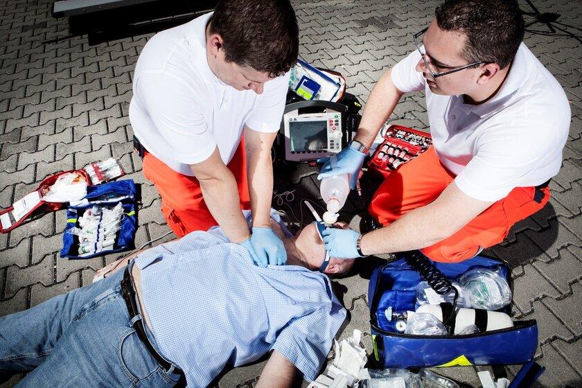 Rettungssanitäter helfen bei einem Notfall.