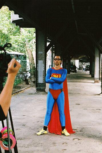 Um die neue Erste Hilfe jungen Menschen schmackhaft zu machen, wird 2007 ein comicartiger Spot zum Thema gedreht: Der Superjohann.
