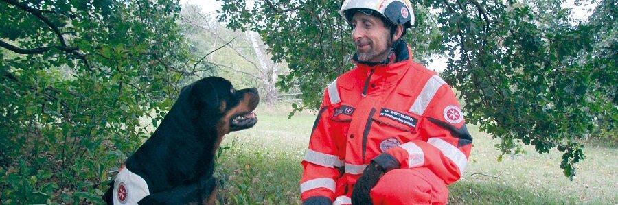 Um in Einsätzen Menschenleben zu retten, müssen die Teams der Rettungshundestaffel regelmäßig trainieren.