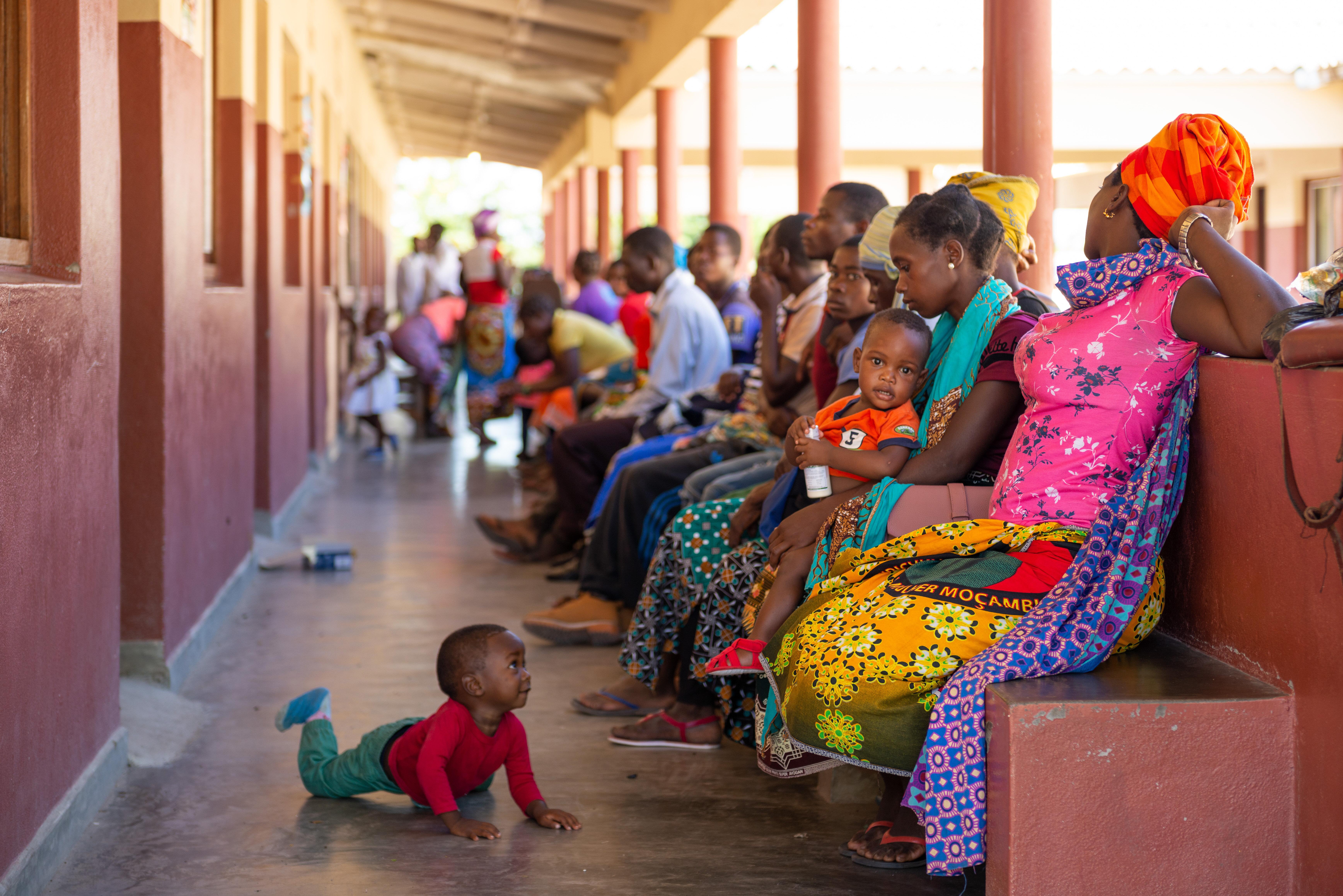 Patientinnen und Patienten warten auf ihre Behandlung in der Gesundheitsstation