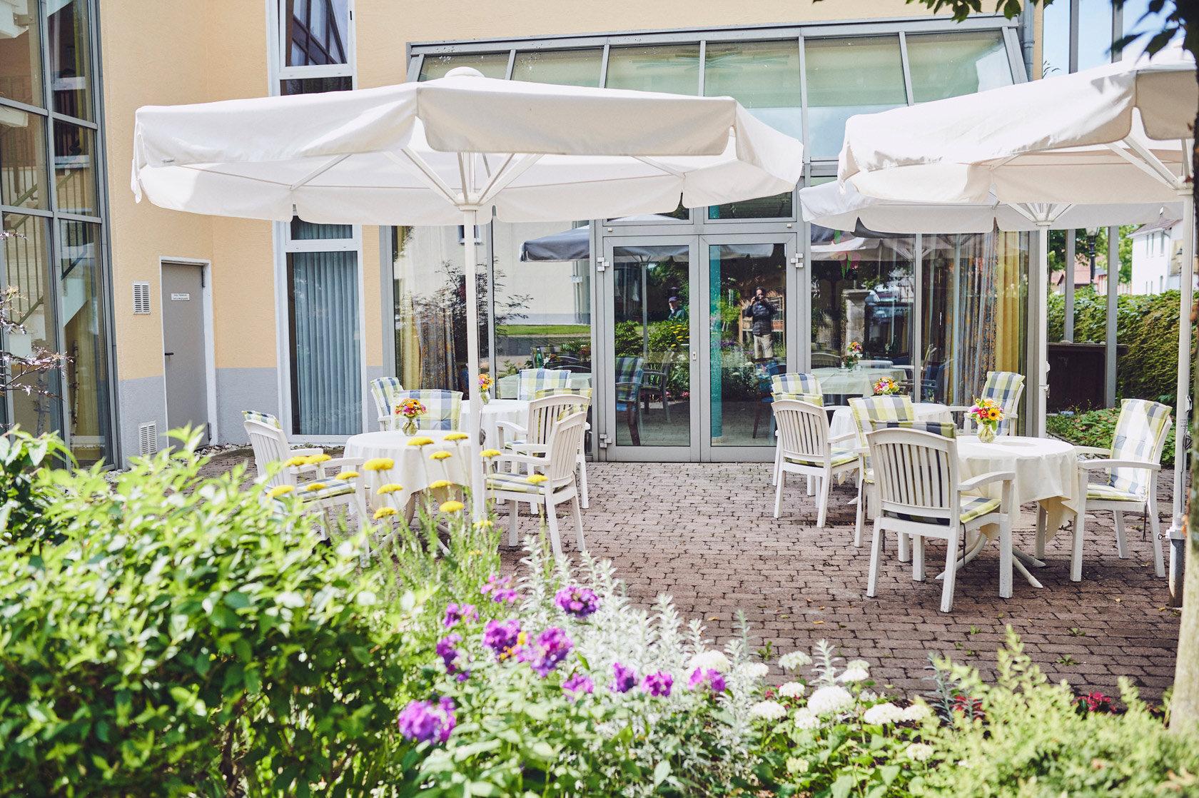 Platz für Geselligkeit ist im Garten des Johanniter-Stift in Lügde