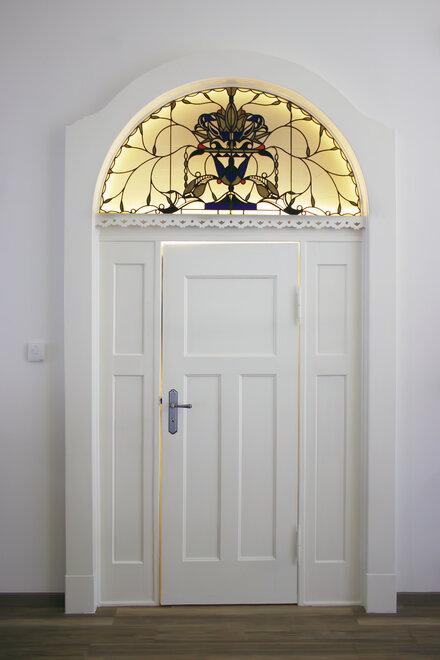 Die alte Eingangstür im Raum der Stille im Hospiz