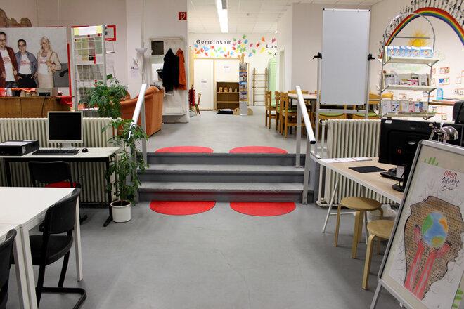 Gemeinschaftsraum inklusive PC-Bereich und gemütlichen Tischen.