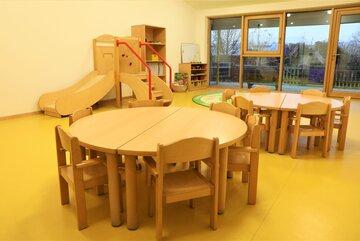 """Gruppenraum mit Tischen und Rutsche in der Johanniter-Kinderkrippe """"Turmwichtel"""" Bad Abbach"""