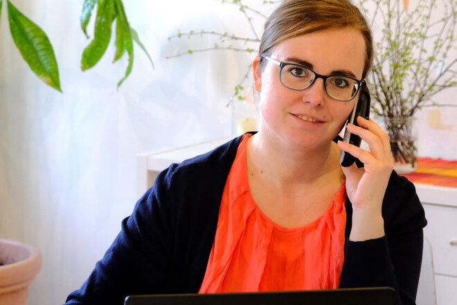 Sarah Plesse während eines Telefonats im Büro des Quartierstreffs