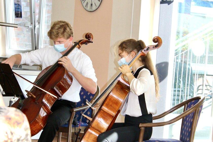 Zwei Musiker spielen Streichinstrumente