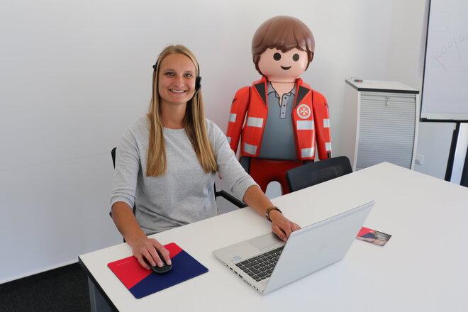 Melissa Klare, Leiterin Vertrieb Hausnotruf der Johanniter Lippe-Höxter, gibt Tipps zum Hausnotruf – für Angehörige.