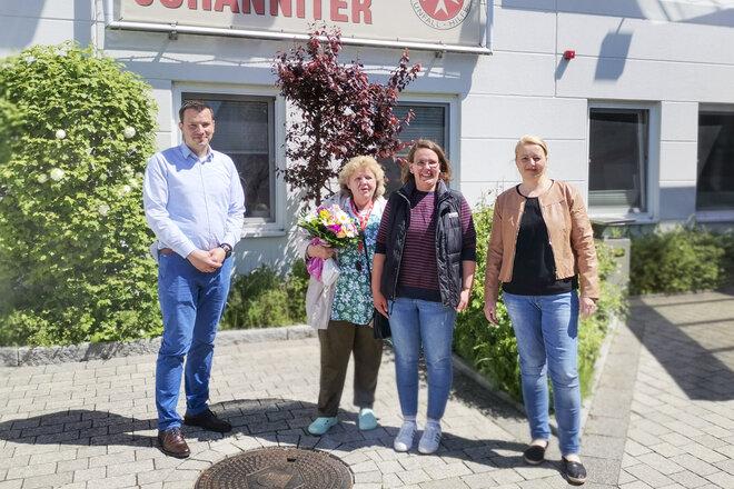 Renate Böehm verlässt den Ambulanten Pflegedienst Lübeck nach 25 Jahren. Yonathan Arnold, Karina Ristau und Sandra Heinrich überreichten Abschiedsgeschenke.
