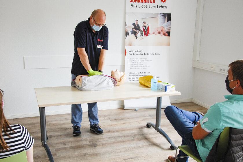 Blick in einen Erste-Hilfe-Kurs der Johanniter-Unfall-Hilfe