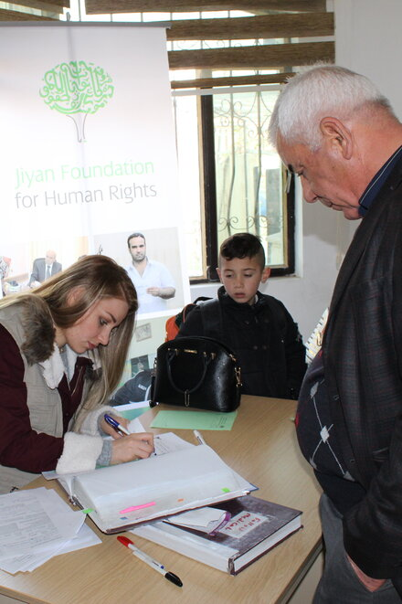A employee of the Jiyan Foundation and some patients are making appointments