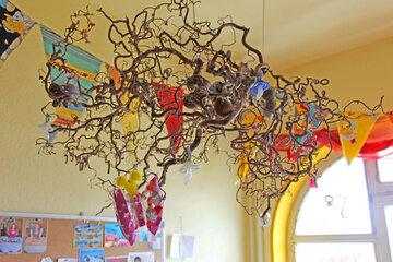 An diesen Zweig, der sich oben an der Decke befindet, hängen die Erzieherinnen die Schnuller der Kinder. Am Ende des Kita-Tages weden die Schnuller wieder runtergeholt und die Kinder nehmen sie mit nach Hause.