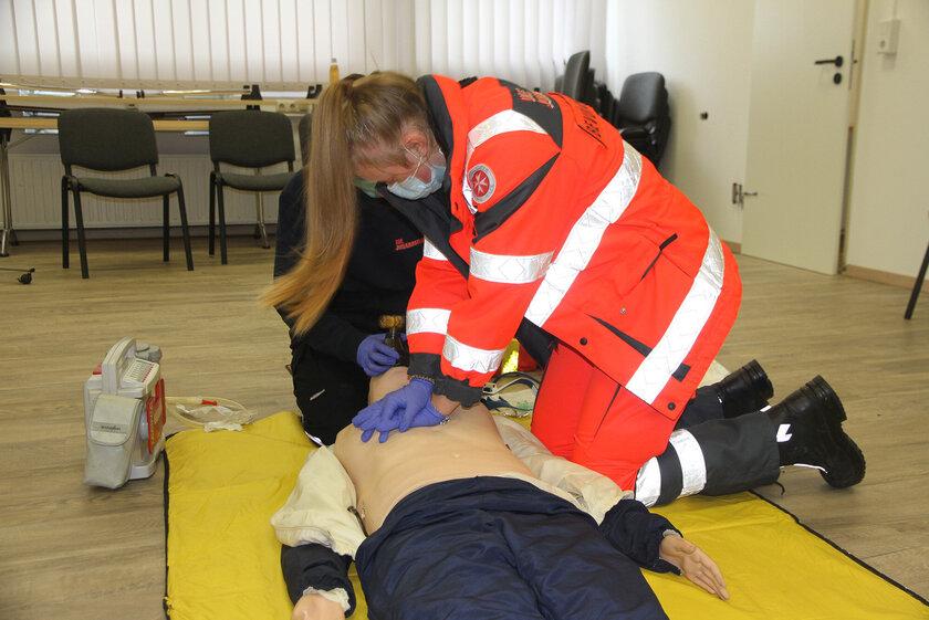 Zwei Helferinnen bei der Herz-Lungen-Wiederbelebung an einer Reanimationspuppe.