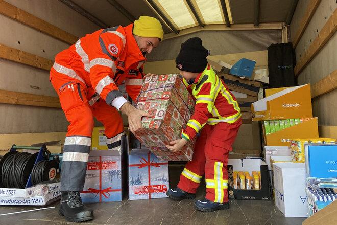 Weihnachtstrucker-Pakete werden in den LKW geladen