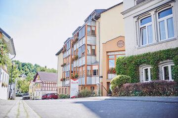 Vorderansicht des mehrgeschossigen hellen Johanniterhaus Sinzig