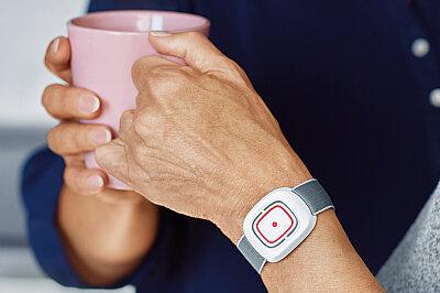 Der Hausnotruf der Johanniter kann unauffällig am Handgelenk getragen werden.