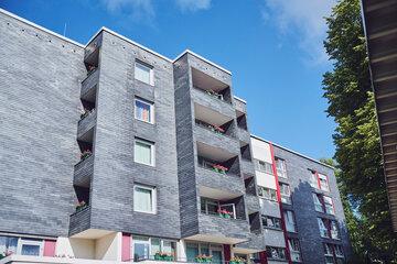 Blick auf die Fassade mit Balkonen des Johanniter-Haus Radevormwald