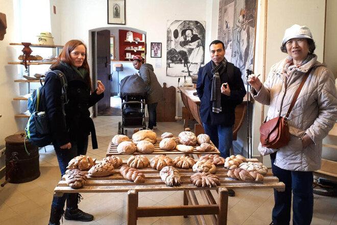 Teilnehmende der Erstorientierungskurse probieren die leckeren Brote.