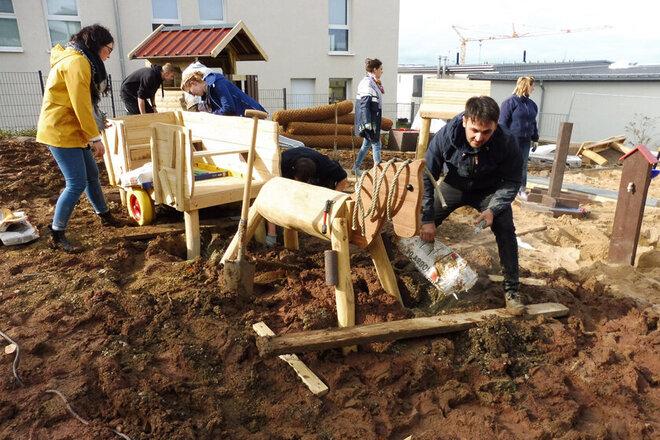 Fleißige Helfer bauen die Spielgeräte für dem Außenbereich der Kita am Wieter in Northeim auf.