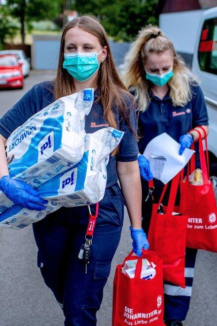 Auch in der Corona-Pandemie zeigen ehrenamtliche Johanniter vollen Einsatz: sie übernehmen den Einkauf, besorgen Medikamente, arbeiten in Teststationen und schenken immer ein offenes Ohr.