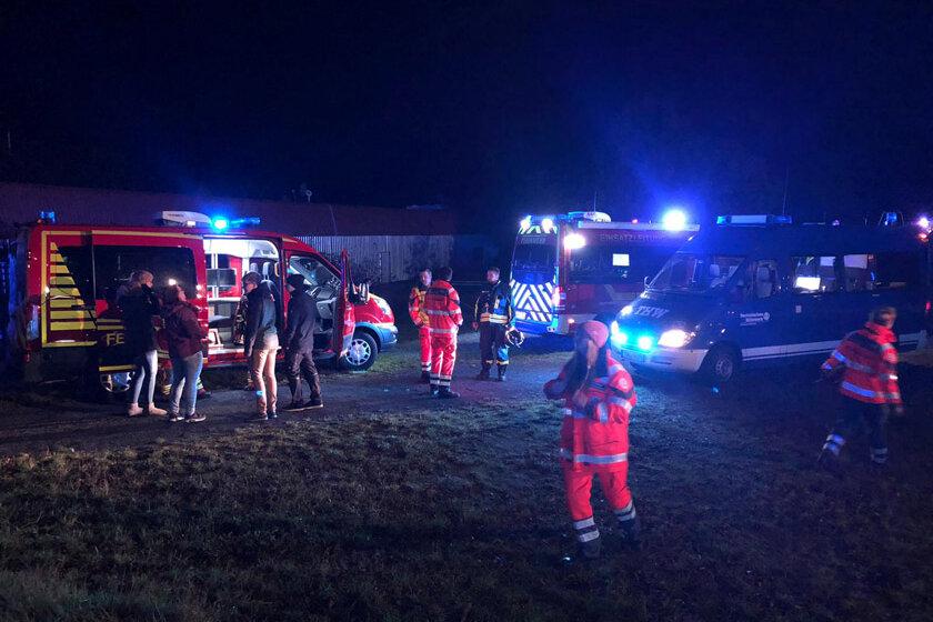 Hilfsorganisationen nehmen gemeinsam an einer Übung teil. Zusehen sind die Einsatzkräfte und einige Einsatzwagen mit eingeschaltetem Blaulicht.